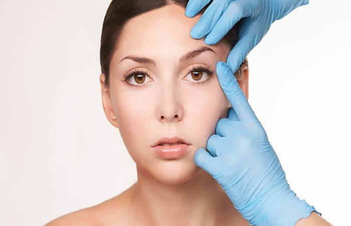 Göz Kapağı Estetiği Nasıl Yapılır? Gözlerdeki oluşan deri fazlalıkları kesi işlemi yapılarak kolayca ortadan kaldırılır. Eğer bulunursa gözün görünümünü etkileyecek başka nedenler de operasyon ile kaldırılmaktadır.